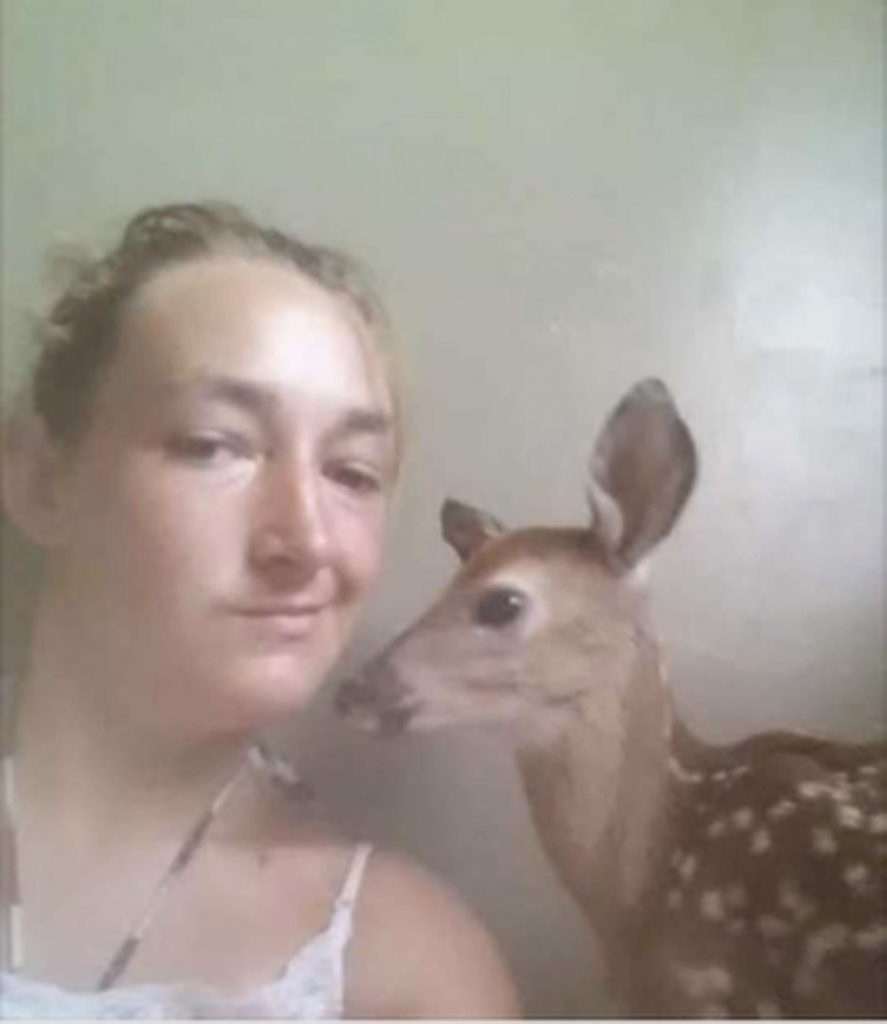 karen-hofstetter-poses-for-selfie-with-kidnapped-fawn